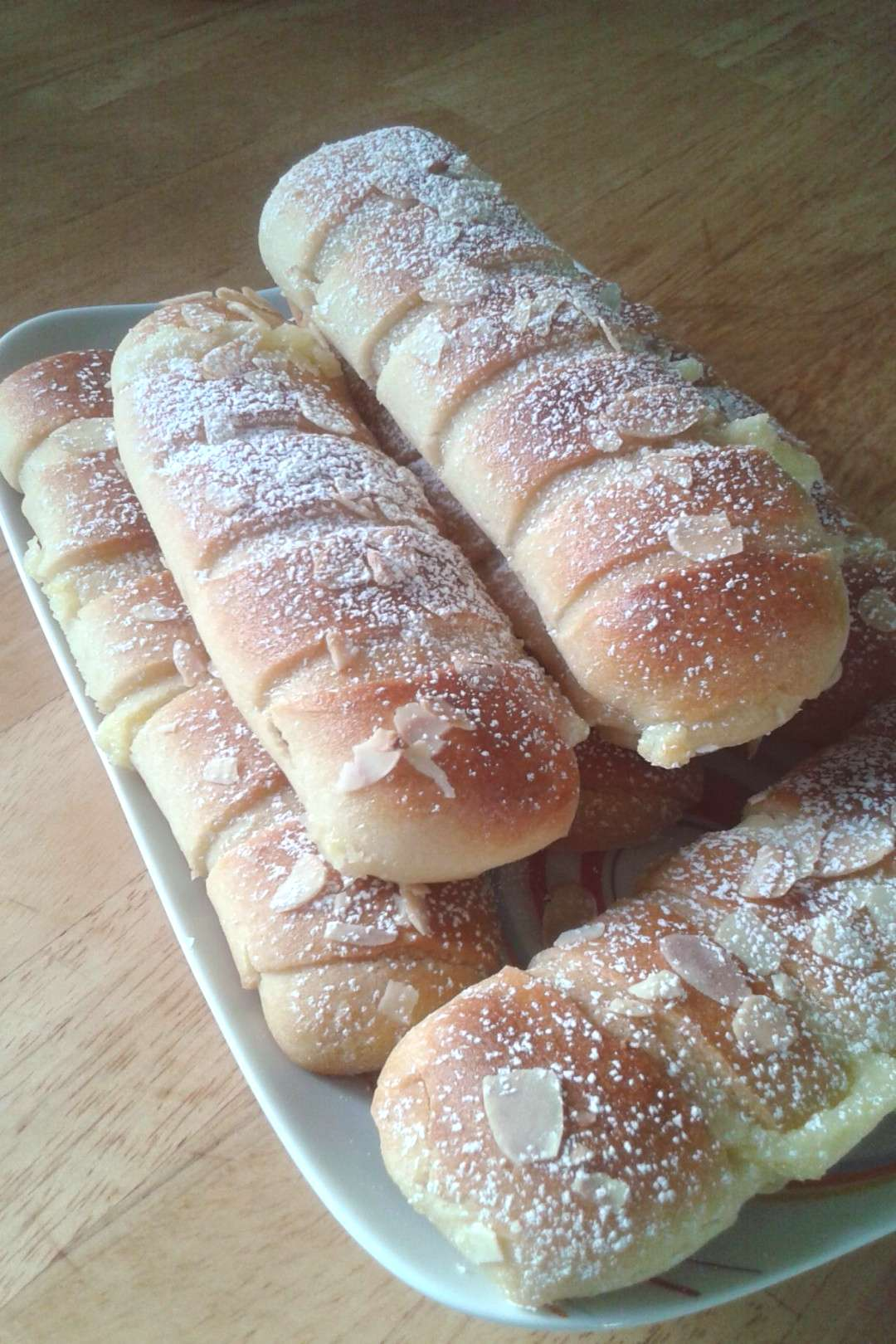 Brioche buns with pastry cream and almonds  Informations About Petits pains briochés à la crème