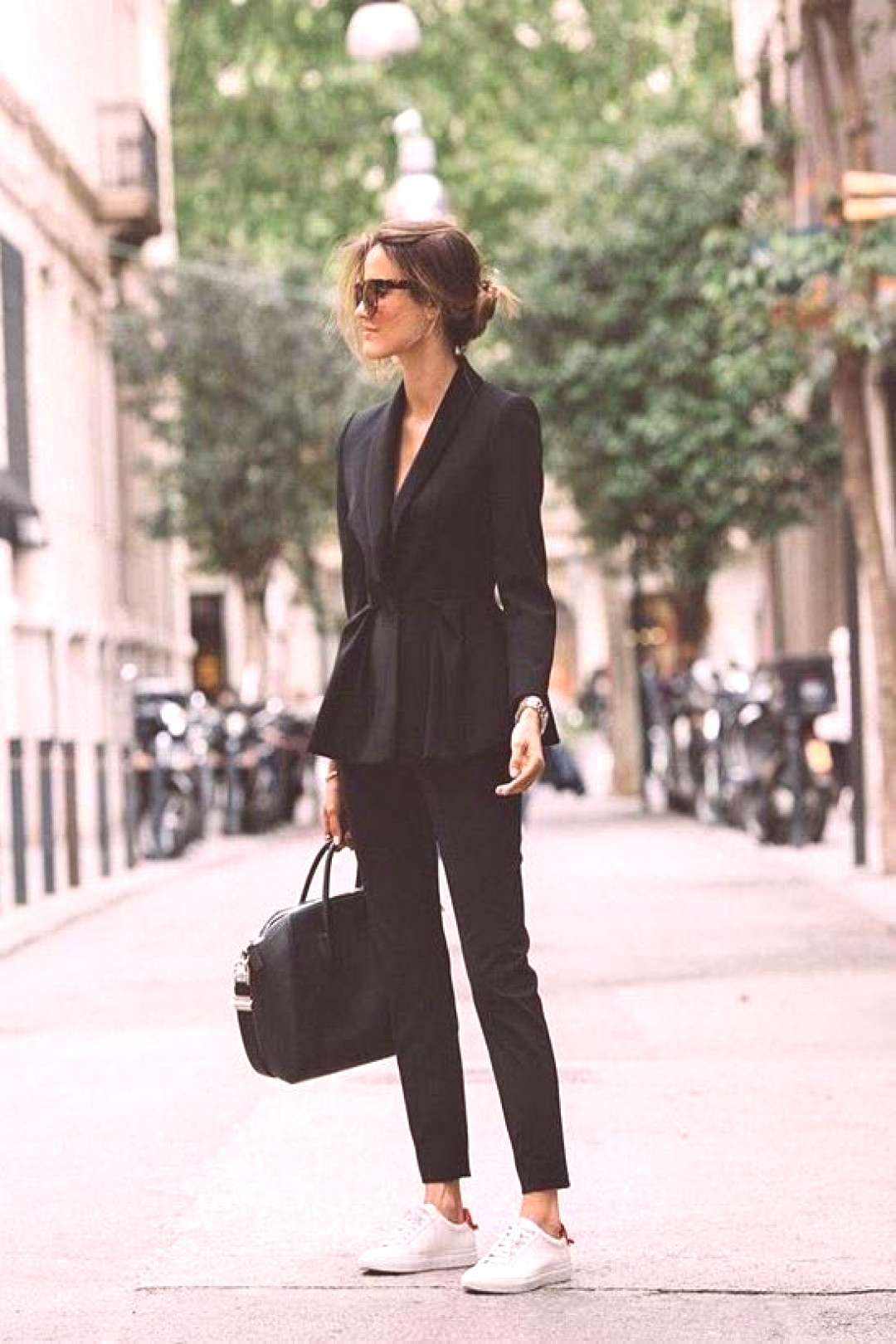 How to style a chic all black outfit. All black blazer and slacks. Fashion lookbook. Outfit ideas.