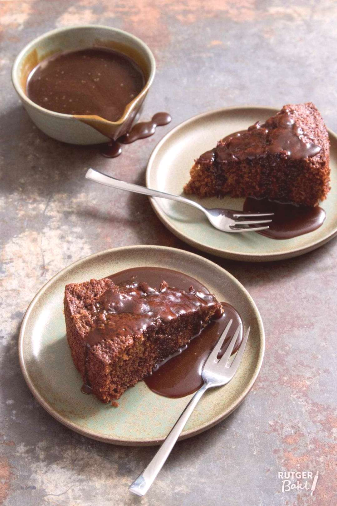 Sticky toffee cake with toffee sauce - recipe -  Sticky toffee cake with toffee sauce – recipe  -